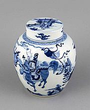 Deckelvase, China, Qing, Porzellan, umlaufender Dekor in Blau und Weiß, Figurenszenen in Landschaft, H. 21 cm