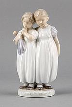 Zwei Mädchen mit Puppe, Royal Copenhagen, Marke vor 1923, 1. W., Modellnr. 939, Entwurf Christian Thomsen (1860-1921) im Jahre 1905, u. sign., polychrom bemalt in Unterglasurfarben, H. 15,5 cm