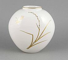Vase, KPM  Berlin, 1962-92, 1. W., Malermarke, Herzform, Entwurf Trude Petri, Dekor mit Libelle in Gold, H. 22,5 cm