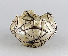 Vase, 1. H. 20. Jh., Pallme König, runder Stand, bauchiger Korpus, Rand mehrfach gekniffen, klares Glas mit gelben, lüstrierenden Fleckenaufschmelzungen, aufgeschmolzene violette Glasfäden, H. 8 cm