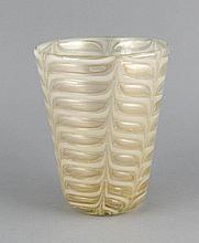 Vase, wohl Murano, 2. H. 20. Jh., konische Form, klares Glas, mit weißen Einschmelzungen, Goldstaffage und Zwischengoldeinlagen, stilisierter Blattdekor, H. 18,5 cm