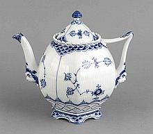 Teekanne, Royal Copenhagen, Dänemark,1967, 1. W., Dekor Musselmalet, Vollspitze in Unterglasurblau, Modellnr. 1119, H. 20 cm