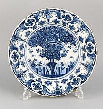 Prunkteller, Delft, 18. Jh., Blumendekor in Unterglasurblau, leicht best., D. 34 cm