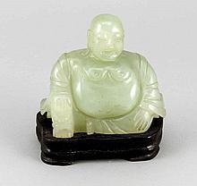 Buddhafigur, 20. Jh., Pseudojade auf separatem Holzsockel, Ges.-H. 13 cm