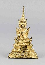 Buddha auf dreiseitigem Sockel, Bronze verg., ber., H. 16,5 cm