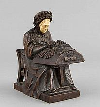 Niederländischer Bildhauer um 1900, Alte Frau beim Klöppeln von Spitze, dunkel gebeizte Eiche mit Gesicht aus Bein, im Stand monogr. 'D.F.M.', H. 14 cm