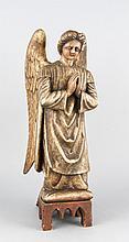 Sakraler Bildhauer d. 19. Jh., vollplastische Figur eines kniend betenden Engels, gefasste Lindenholzschnitzerei, best., Flügelansätze geklebt, H. 54 cm