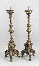Zwei barocke Altarleuchter des 18. Jh., Messingblech, Balusterschaft über dreiseitigem Fuß, ein Dorn fehlt, stärker ber. u. best., H. 74 cm