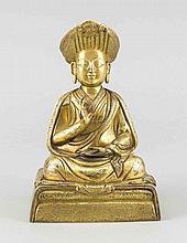 Sitzender Lama-Buddha, Asien, Bronze vergoldet, auf rechteckigem Sockel, fein ziseliertes Floraldekor, H. 17 cm