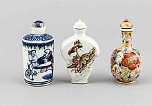 Drei Snuffbottles, China, 20. Jh., Porzellan, mit polychromem Dekor, florale und figürliche Motive, H. 7,5 cm