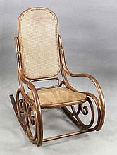 Schaukelstuhl, wohl Thonet, 20. Jh., nussbaumholzfarbenes gebogtes Buchenholz, Rücken und Sitz mit Rohrgeflecht, 102 x 57 x 90 cm