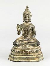 Sitzender Buddha, Asien, 20. Jh., Bronze patiniert, mit übereinander geschlagenen Beinen, auf einem Lotussockel sitzend, H. 18 cm