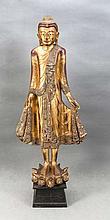 Sehr große, dekorative Buddhastatue, 20. Jh., Holz vollplastisch geschnitzt u. goldbronziert, mit Pailletten besetzt, auf Lotossockel auf Holzpostament, Ges.-H. 172 cm