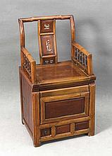 Asiatischer Stuhl mit Staufach, 19. Jh., landestypisches Holz mit Beineinlangen und Drechselwerk, 87 x 49 x 41 cm