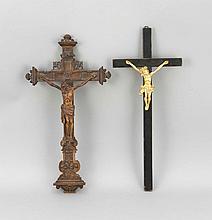 Zwei Wandkruzifixe, 20. Jh., jeweils Holz, 1x mit vergoldetem Corpus Christi, L. 45 bzw. 46,5 cm