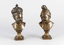 Jean Baptiste Pigalle (1714-1785), nach, das Paar eines lachenden und eines weinenden Kleinkindes ergänzt um eine Krone und eine Jakobinermütze, patinierte Bronze Ende 19. Jh., H. 20,5 cm