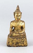 Buddha, Holz, Thailand, goldbronziert, verso geritzte Inschrift, H. 14 cm