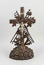 Kruzifix d. 19. Jh., Kreuz auf Golgatha mit Arma Christi, Holz vollplastisch geshcnitzt und dunkel gebeizt, Weißmetallchristus, best., H. 43 cm