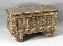 Orientalische Truhe, 20. Jh., Holz mit allseitig geprägtem Messingbeschlag,