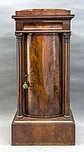 Biedermeier-Pfeilerschrank, Anf. 19. Jh., Mahagoni massiv/furniert, 1-türig