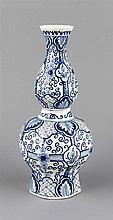 Vase, Delft, 19. Jh., doppelt gebauchte Form, Wandung bemalt mit Blumen und