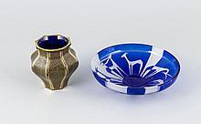 Runde Schale, 20. Jh., klares Glas, mattiert, überwiegend blau überfangen,