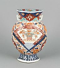 Vase, Japan, 19. Jh., Imari, flachgedrückte Form mit seitlichen Handhaben,