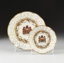 A TWENTY PIECE CAPO-DI-MONTE STYLE PARCEL GILT AND POLYCHROME PAINTED ARMORIAL PARTIAL DINNER SET BEARING BLUE AND GILT MARKS, EARLY 20TH CENTURY,
