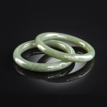 A PAIR OF CHINESE CARVED SPINACH GREEN JADE BANGLE BRACELETS, MODERN,