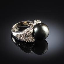 AN 18K WHITE GOLD, BLACK SOUTH SEA PEARL, AND DIAMOND LADY'S RING,