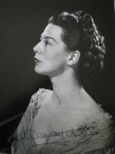 HILLER WENDY: (1912-2003) English Actress, Academy Award winner. Signed 11 x 14 photograph of the ac