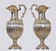 Pareja de jarras gallonadas en plata