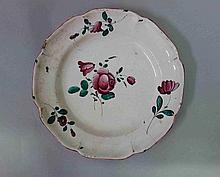 EST. Assiette en faïence à décor de rose et fleure