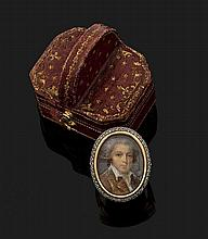 BAGUE en platine (min. 800 millièmes) et or jaune (750 millièmes) orné d'une miniature sur nacre représentant un gentilhomme, entourée de petits diamants taillés en rose. Dans son écrin d'origine, en forme.