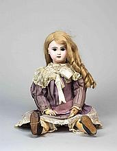 Poupée française, avec tête en biscuit, entièrement restaurée, bouche ouverte, d'après le moule JUMEAU, yeux fixes marron, corps articulé d'origine, habits de style.