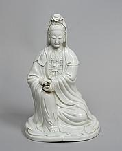 Grande Geischa agenouillée en porcelaine émaillée blanc.