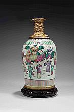 Vase balustre monté en lampe, en porcelaine et émaux de la Famille rose, à décor de huit immortels taoïstes et leurs serveurs sur un côté, l'autre côté orné d'objets mobiliers.