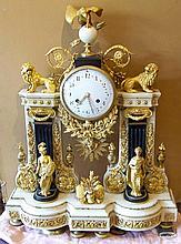 Pendule de forme portique en marbre blanc et noir richement décoré de bronzes dorés.