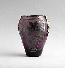 D'ARGYL. Petit vase ovoïde en verre teinté violet