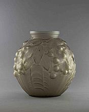 Pierre de CAGNY. Vase ovoïde en verre pressé moul