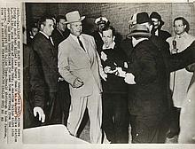 Jackson, Robert H. Lee Harvey Oswald wird von Jack Ruby erschossen. 1963. Silbergelatine Abzug. 17,1 x 21 cm (20,5 x 25,4 cm). Links von der Bilddarstellung mit einkopierter maschinenschriftl. Bezeichnung versehen. - Minimal berieben u. minimal