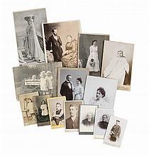 Sammlung von ca. 280 OPhotographien (Vintages, Silbergelatine u. Kollodium Abzüge), überwiegend Cartes de Visite und Kabinettformat. Meist um 1900. Versch. Formate.