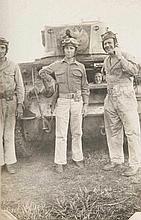 Photoalbum mit 208 Originalaufnahmen u. 8 (Photo-)-Postkarten. der Schlacht um die Aleuten/Marshall Inseln. Silbergelatine. Verschiedene Formate: 4,5 x 3,5 cm bis 12,5 x 17 cm. Eingesteckt. Quer-4°. Kldr. mit Wappensupralibro (USA u. Adler), sowie