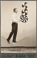 Sammlung von 38 Artistenphotographien. Vintages. Silbergelatine-Abzüge. Um 1900-1920. Versch. Formate von ca. 10,5 x 6,5 bis 23,5 x 17,5 cm.
