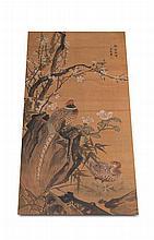Asiatika - JapanKakemono/Kakejiku. Fasanenpaar mit Fels und Kirschblüten. Japan, Meiji oder später. Tinte und Wasserfarben auf Seide, mit Papier hinterlegt, Holzrolle (jikugi). Recto seitlich bezeichnet und mit gestempelter roter Siegelmarke