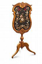 MöbelLichtschirm auf dreifüßigem Gestell. Der rocaillenartig geschwungene Rahmen beidseitig mit Sotffbespannung, diese schauseitig mit aufwendiger floraler Stickerei versehen. Wohl Süddeutschland, um 1830. Kirschholz. Höhe 131,5 cm. - Der Stoff
