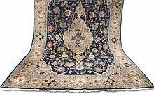 Orientteppich, groß. Perser. (Wohl) Heriz. 20. Jh. ca. 420 x 280 cm. Leichte Abnutzungsspuren, kleine Beschädigung, etwas fleckig.
