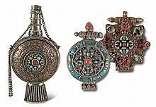 Buddhismus. Tibetische Snuffbottle sowie zwei Gau-Amulettbehälter. Tibet, 19. Jh. Silber, Kup