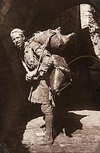 Photoalbum mit Aufnahmen aus Nordafrika von Ägypten bis Jerusalem. Mit 159 Original-Photographien u. 4 Photopostkarten. 1942/43. Vintage, Silbergelatine Abzüge. Formate: 5,2 x 8 cm bis 18,5 x 24 cm. Gesteckt u. eingeklebt, 1 lose beiliegend.