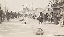 Photoalbum mit Aufnahmen des Boxerausstandes in China. Mit 83 Original-Photographien u. 1 Photopostkarten. Um 1900. Vintage, Silbergelatine Abzüge. Formate: 7 x 4,5 cm bis 10,5 x 15 cm. Gesteckt u. eingeklebt, 4 lose beiliegend u. 2 Postkarten.